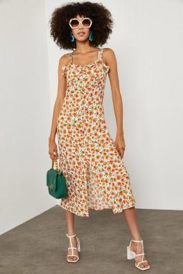 XHAN - Beyaz Papatya Desenli Yırtmaçlı Elbise 1YXK6-45140-01