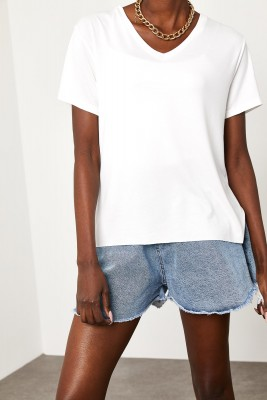 XHAN - Beyaz V Yaka Yırtmaçlı T-Shirt 1KZK1-11505-01